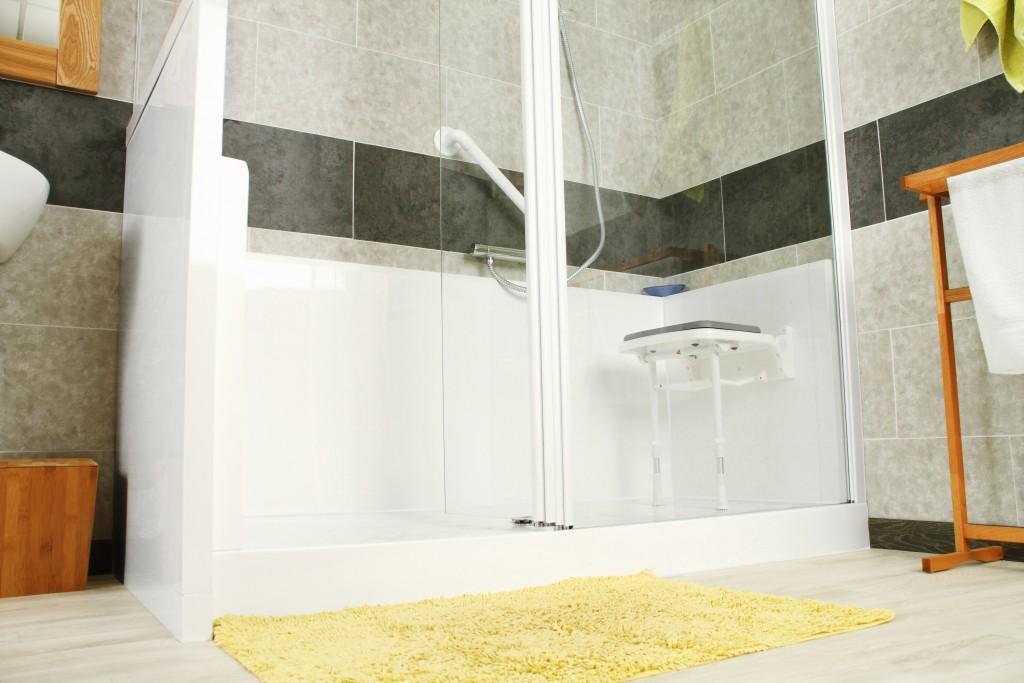 baignoires et douches pour senior un bon investissement consoroom. Black Bedroom Furniture Sets. Home Design Ideas