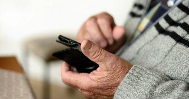 téléphone portable dans les mains d'une personne âgée