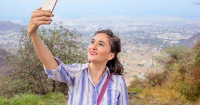 femme regardant un téléphone portable